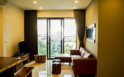 Estella Heights Apartment – Living in an apartment with wooden furniture, city view.